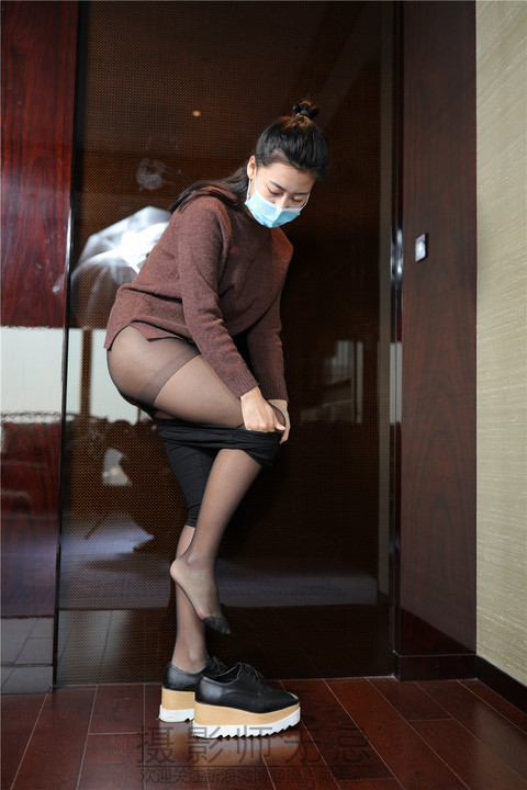 黑丝袜美眉红红修长美腿宾馆大胆写真